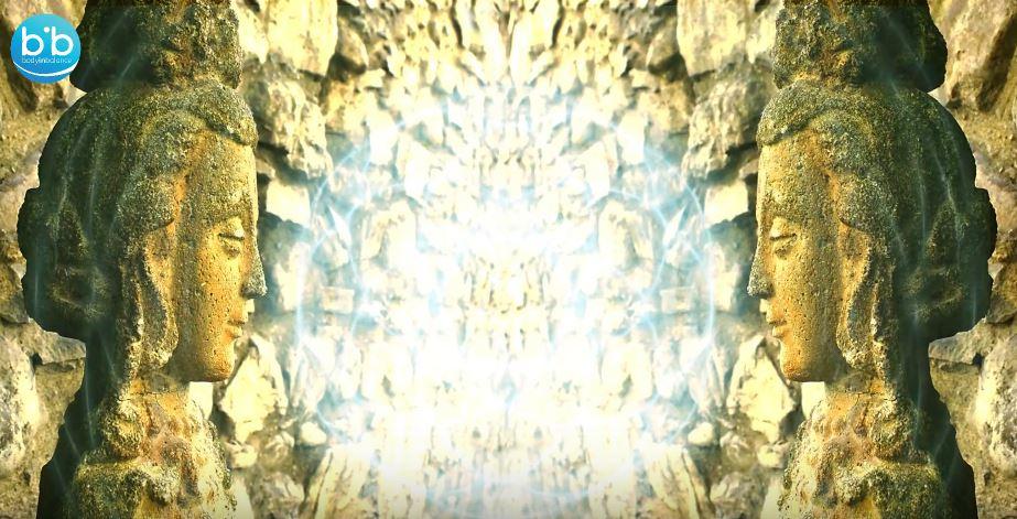 Οι αρχαίες παραδόσεις διδάσκουν ότι ένας άνθρωπος μπορεί να γίνει μια γέφυρα που εκτείνεται από τον εξωτερικό κόσμο προς τον εσωτερικό κόσμο, από το ακαθάριστο στο λεπτοφυές, από τα χαμηλότερα τσάκρα έως τα υψηλότερα τσάκρα. Για να εξισορροπηθεί το εσωτερικό και το εξωτερικό είναι αυτό που ο Βούδας ονομάζεται ο μεσαίος δρόμος, ή αυτό που ο Αριστοτέλης αποκαλούσε η Χρυσή Τομή. Μπορείτε εσείς να είστε εκείνη η γέφυρα. Δείτε το τρίτο επεισόδιο της σειράς Η ΠΗΓΗ ΟΛΩΝ / AKASHA