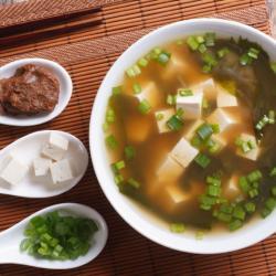 """Ο χειμώνας και οι χαμηλές θερμοκρασίες οδηγούν το σώμα μας και τον οργανισμό μας να αναζητά ζεστές, θρεπτικές και αναζωογονητικές τροφές και τι καλύτερο από μία ζεστή σούπα. Ο λόγος για τη σούπα """"μίσο"""" γνωστή για τα θρεπτικά της συστατικά."""
