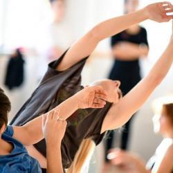 Τα Κυριακάτικα είναι σεμινάρια χορού και σωματικού θεάτρου. Αυτή την Κυριακή 17/12/17 στις 13:00-16:00 το καλλιτεχνικό δίκτυο Norforsale διοργάνωσε το σεμινάριο στο στούντιο Cumana, Κωνσταντινουπόλεως 38 (3ος όροφος) στην Αθήνα, με εισηγητή τον Νίκο Καλύβα. Το σεμινάριο περιέχει τόσο βασικές τεχνικές ασκήσεις όπου το σώμα ενεργοποιείται, δυναμώνει, αλλάζει επίπεδα, ταξιδεύει και βρίσκει έξυπνες λύσεις ώστε να κινείται εξοικονομώντας ενέργεια.