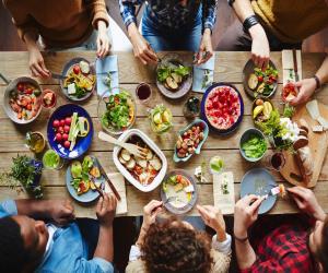 Επειδή το φαγητό έξω μπορεί να μας δημιουργήσει αρκετά προβλήματα αν ακολουθούμε συγκεκριμένη διατροφή.