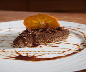 Ωμοφαγική συνταγή για σοκολατόπιτα με βάση από ξηρούς καρπούς και μους από αβοκάντο και κακάο!