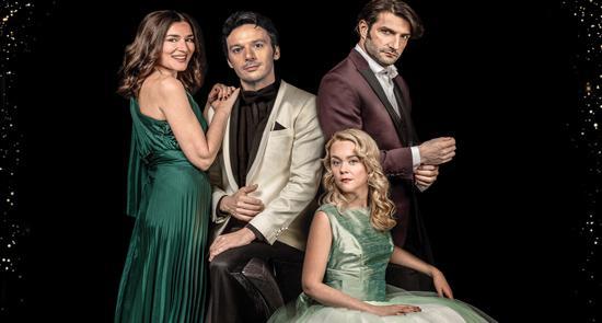 Ο Γιώργος Νανούρης διασκευάζει και σκηνοθετεί επτά από τα πιο δημοφιλή παραμύθια του Χανς Κρίστιαν  Άντερσεν  που ενώνονται σε μια μεγάλη ιστορία, συνδυάζοντας τη γοητεία της κλασικής μουσικής με τη μαγεία του θεάτρου! Ένα ταξίδι στον κόσμο των παραμυθιών, που ζωντανεύουν στη σκηνή η Μαρία Ναυπλιώτου, ο Νίκος Κουρής, η Λένα Παπαληγούρα και ο Γιώργος Νανούρης.