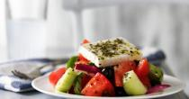 Επιλέξτε χωριάτικη σαλάτα για ένα διαιτητικό βραδινό!